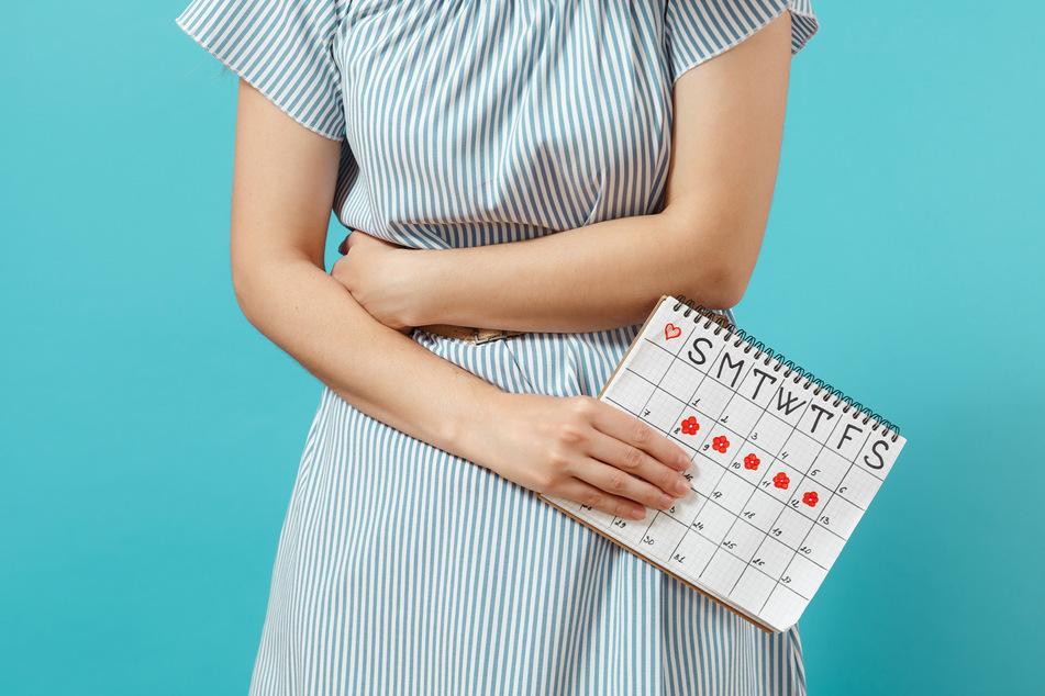 Bisher haben sich nur wenige Frauen beim Paul-Ehrlich-Institut wegen Zyklusproblemen nach einer Corona-Impfung gemeldet. (Symbolbild)