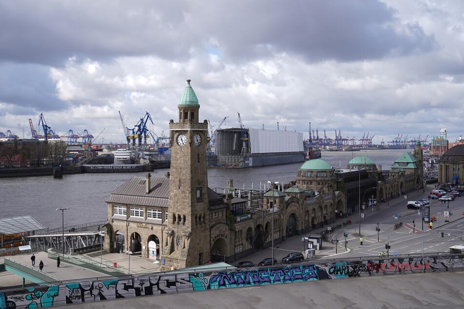 Die Landungsbrücken im Hamburger Hafen.