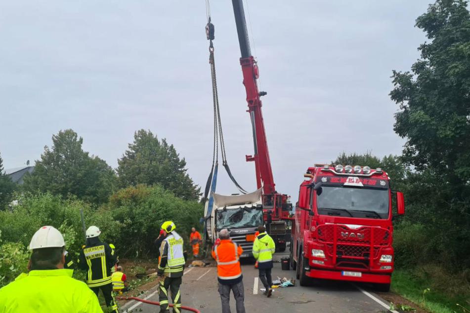 Der umgestürzte Laster wurde mit Hilfe eines Krans aufgerichtet.