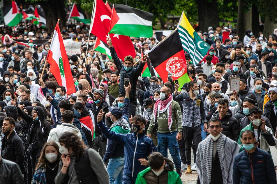 Stuttgart am Samstag: Zahlreiche Demonstranten ziehen durch die Stadt.