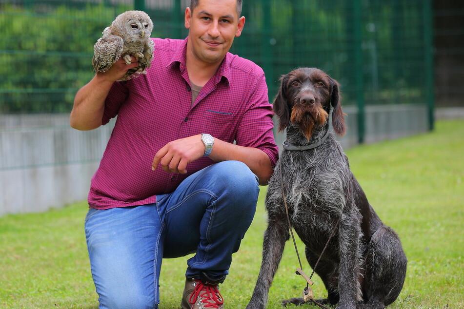 Einfach tierisch! Der neue Tierheim-Chef Florian Hanisch (34) mit einem Waldkauz und Deutsch Drahthaar Faun (2).