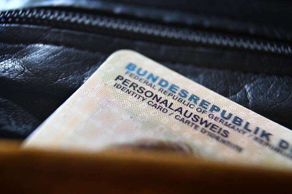 Ein deutscher Personalausweis ragt aus einer Geldbörse.