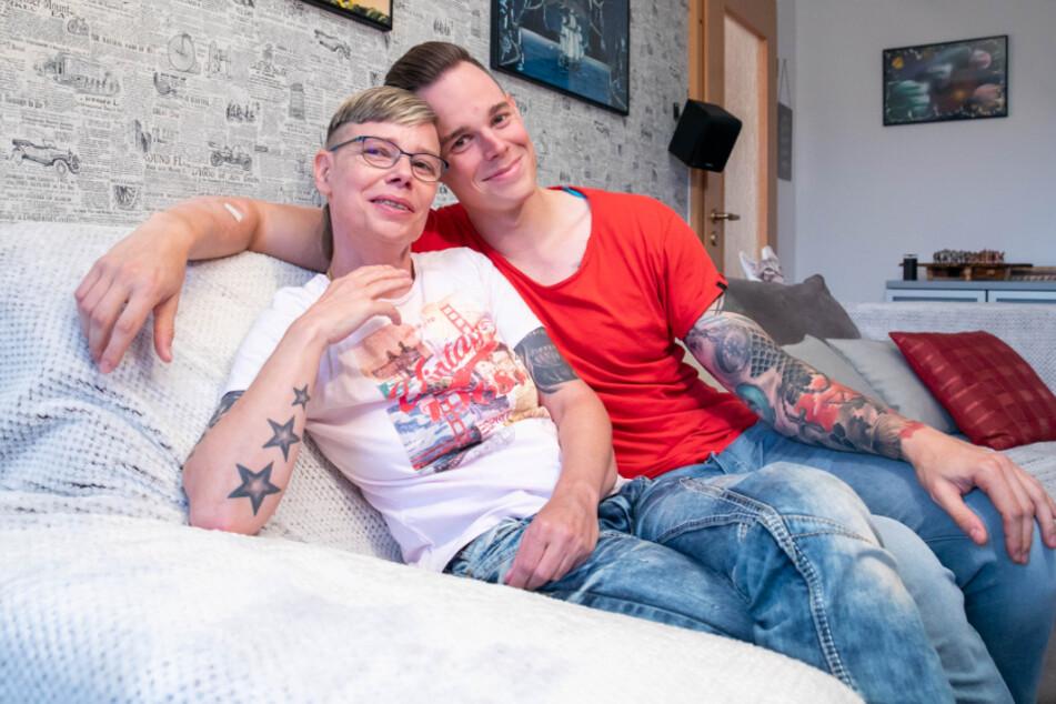 Andreas Vogler (30) und seine Mutter Constanze Vogler (50) auf dem Sofa in der Wohnung von Constanze.