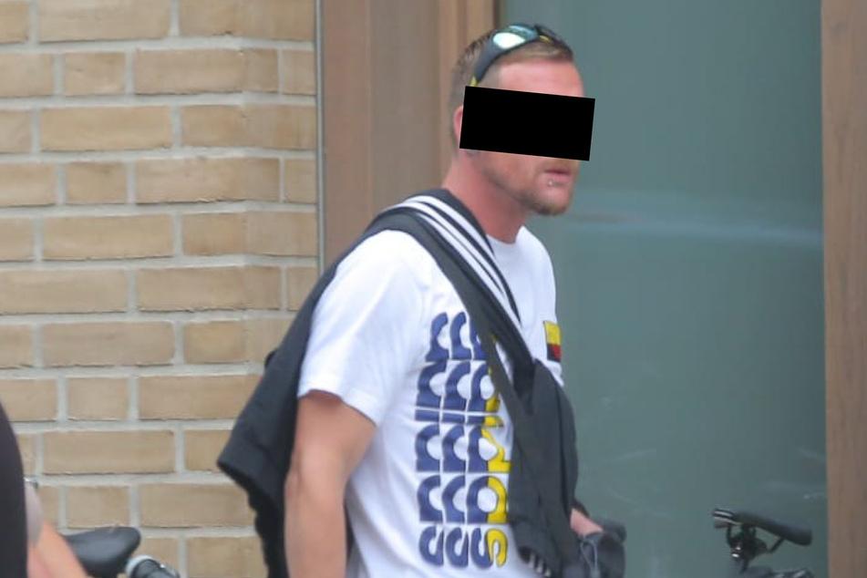 Sebastian S. (34) auf dem Weg ins Dresdner Amtsgericht: Er muss sich für seine Taten vom 16. Mai bei den Krawallen nach dem Dynamo-Aufstieg verantworten.