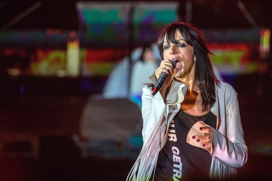 """Berlin: Nena singt beim Konzert """"#1HEIT"""" auf der Bühne vor dem Brandenburger Tor. (Archivbild)"""