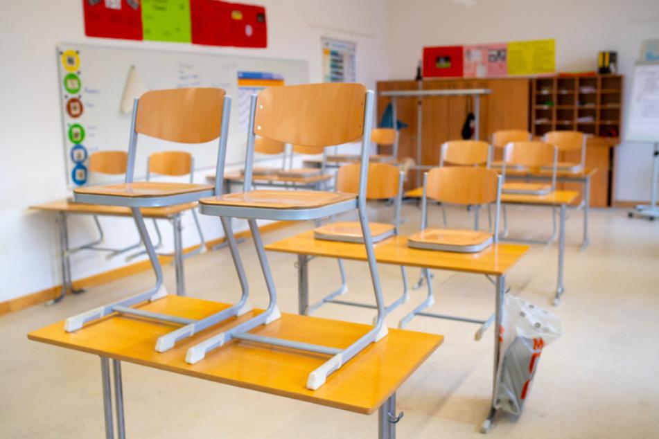 In den bayerischen Klassenzimmern soll langsam wieder Normalität einkehren. Die Testpflicht soll dazu beitragen.