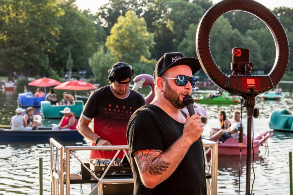 """Sebastian Seidel (36, vorn) und Ric Einenkel (42) treten kommenden Freitag erneut am Schlossteich auf. Mit im Gepäck: die neue Single """"Millionen Schätze""""."""