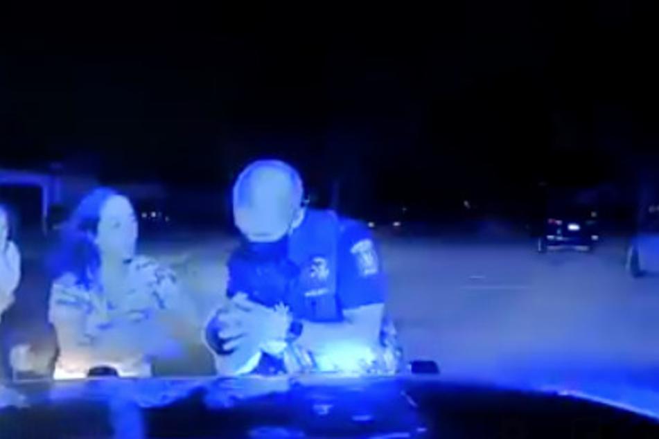 Officer Maciejewski rettet dem kleinen Mädchen das Leben.
