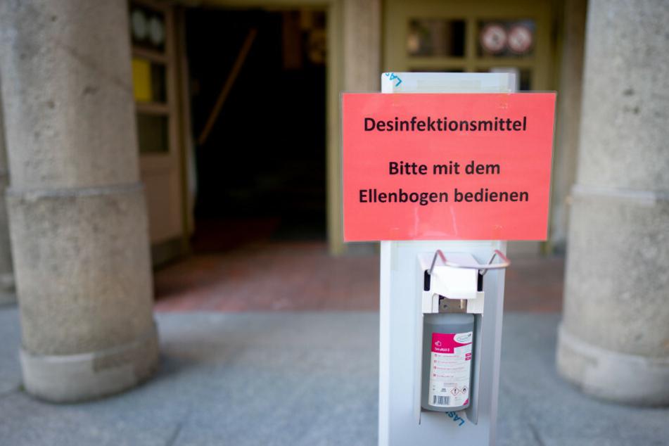 Ein Spender mit Desinfektionsmittel steht am Eingang einer Berliner Schule bereit. Die Bildungsgewerkschaft GEW hat angesichts steigender Infektionszahlen gefordert, den Regelunterricht an Berliner Schulen zu beenden. (Symbolfoto)