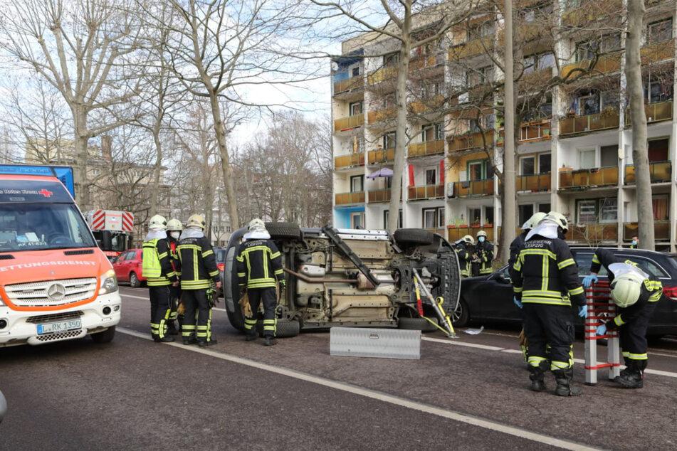 Die Feuerwehr musste zur Bergung des verunfallten Opels anrücken.