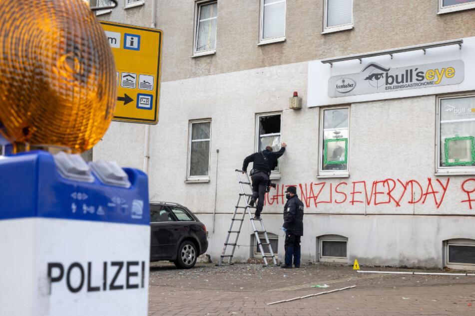 """""""Fight Nazis Everyday"""" (Bekämpfe Nazis jeden Tag) wurde an die Fassade der Szenekneipe Bulls Eye in Eisenach geschrieben."""