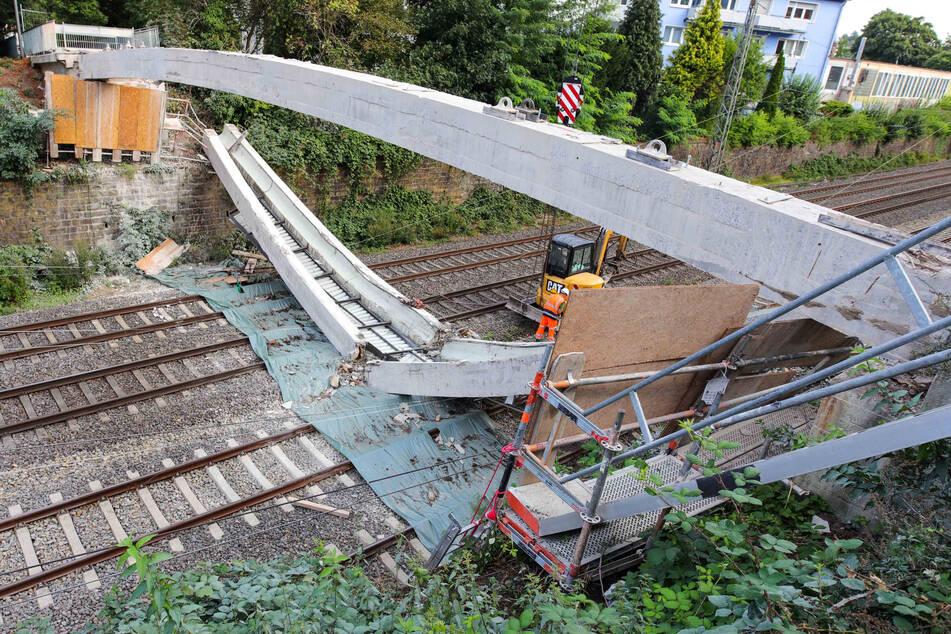 Brücke stürzt auf viel befahrene Bahnstrecke: Aufwendige Reparatur