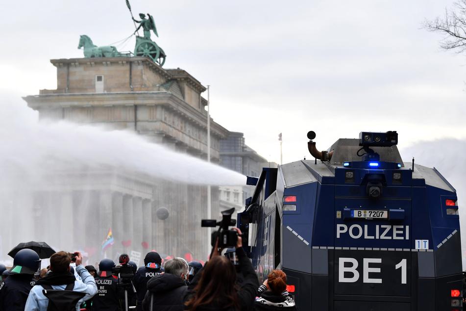 Demonstranten wurden mit Wasser beregnet.