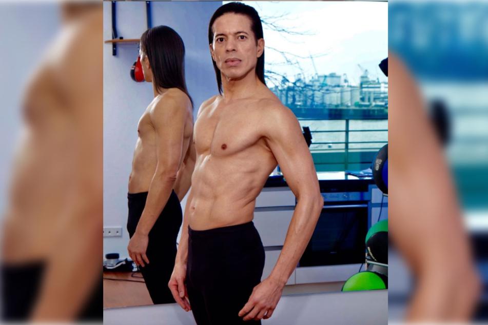 Der 52-Jährige präsentiert seinen durchtrainierten Körper.