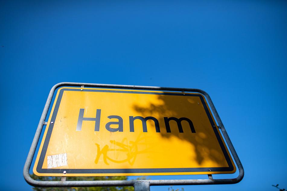 Auf einem Ortsschild steht der Schriftzug Hamm.