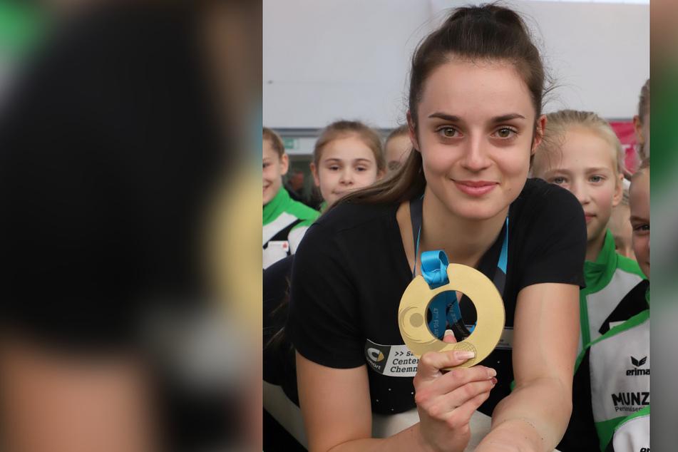 Stolz präsentierte Pauline Schäfer 2017 ihre WM-Goldmedaille aus Montreal.