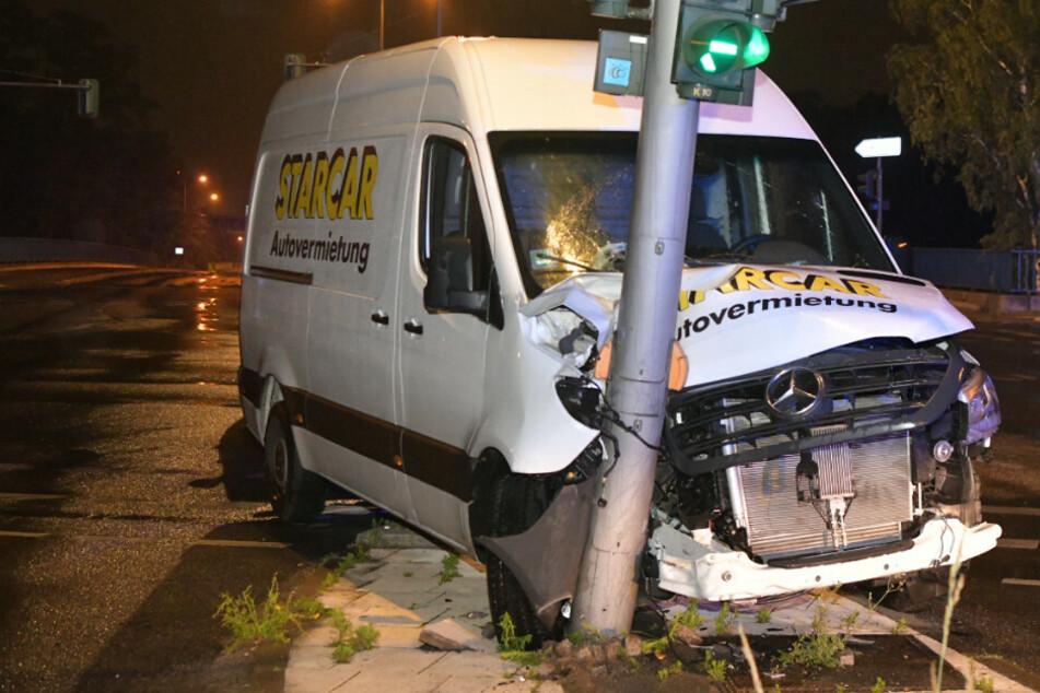 Transporter kracht in Ampel, doch der Fahrer bleibt unverletzt