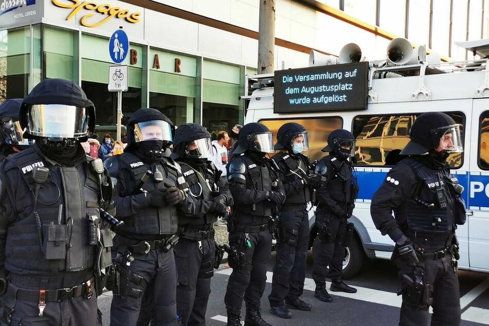 Die Polizei fordert die Demo-Teilnehmer auf, den Bereich in Richtung Hauptbahnhof zu räumen.