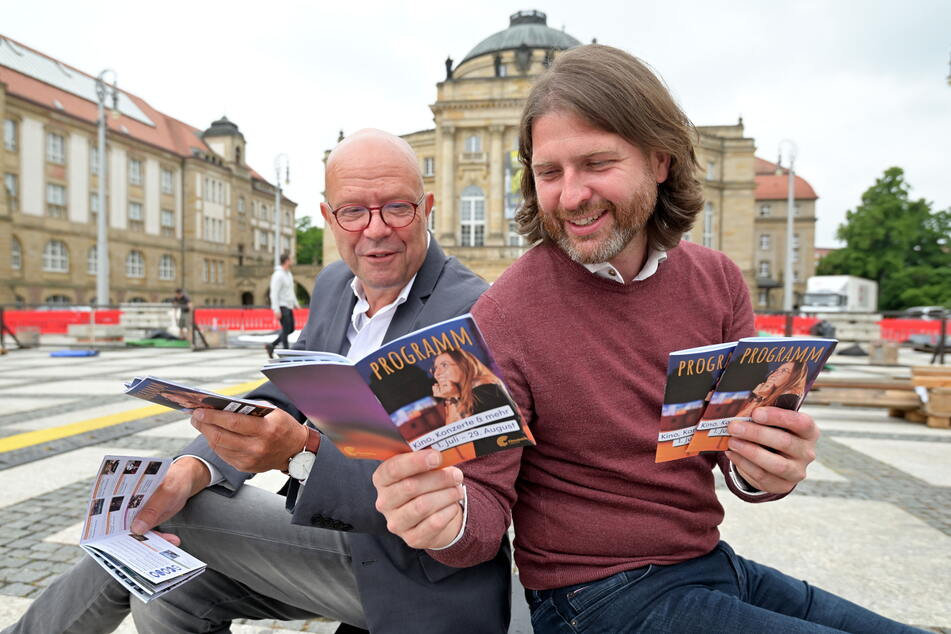 Programmbeirat Stefan Tschök (64, l.) und Festivalleiter Michael Claus (43) schauen sich das Programm der diesjährigen Filmnächte an.