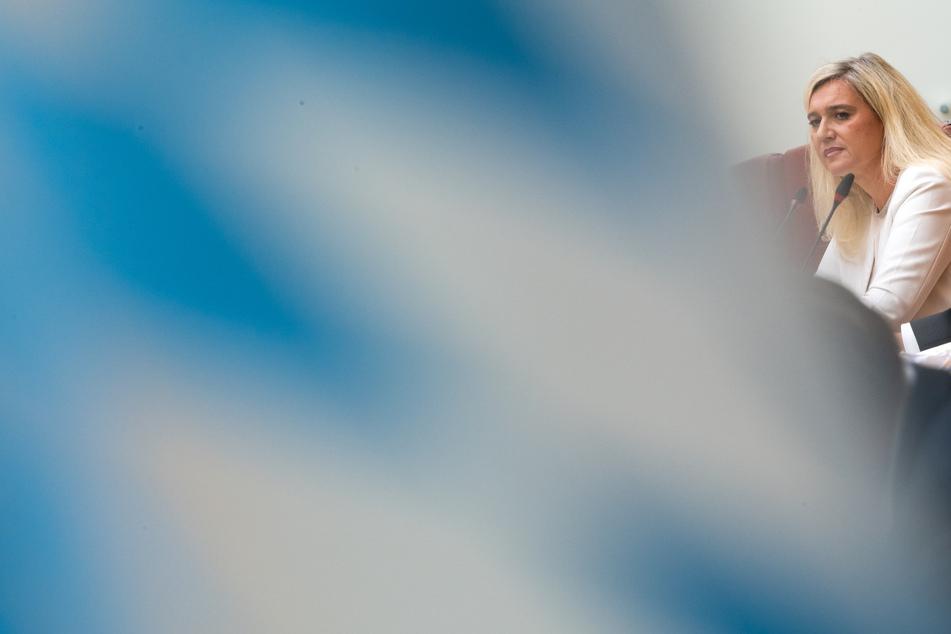 Melanie Huml (CSU, r), Staatsministerin für Gesundheit und Pflege, nimmt an einer Sondersitzung des Gesundheitsausschusses zur Corona-Testpanne an bayerischen Autobahnen teil, die im Sitzungssaal des bayerischen Landtags stattfindet.