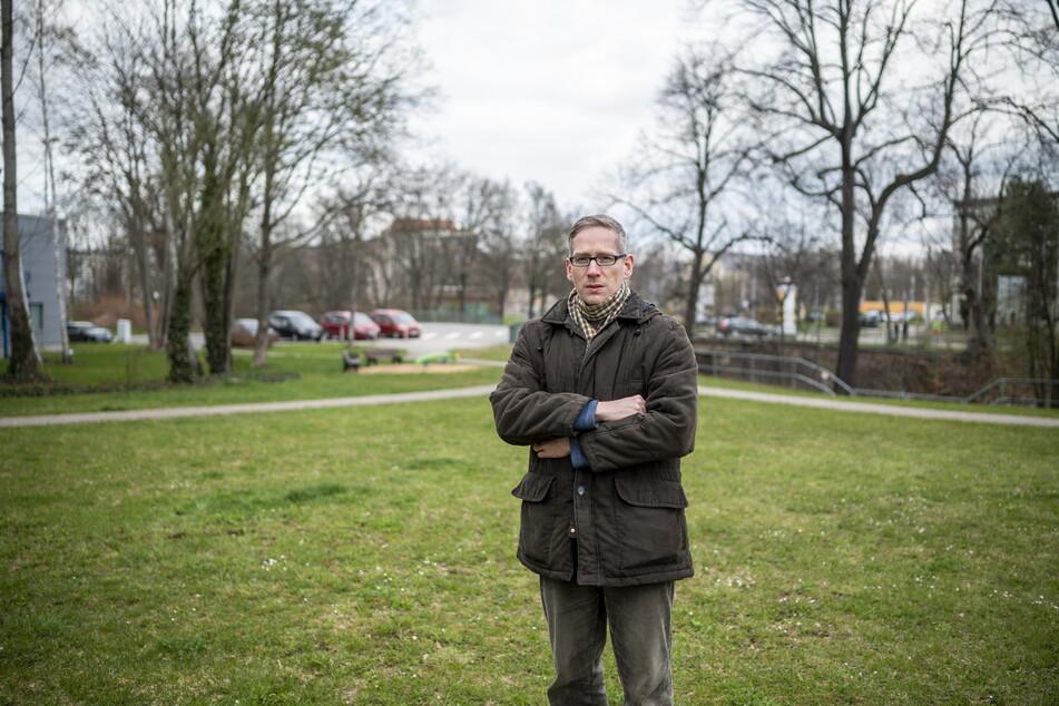 """Sebastian Liebold (38) vom Geschichtsverein Chemnitz kann nicht nachvollziehen, warum die Stahl-Kunst """"heimlich"""" weggeräumt wurde."""