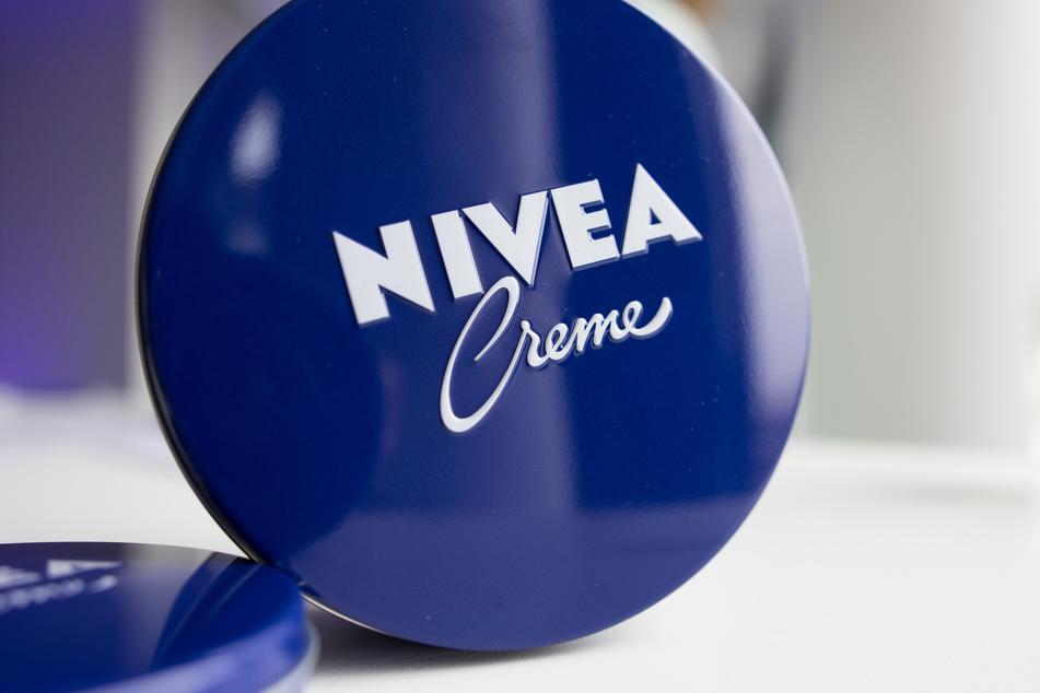 Eine Dose Nivea-Creme steht bei der Bilanz-Pressekonferenz der Beiersdorf AG auf einem Tisch.