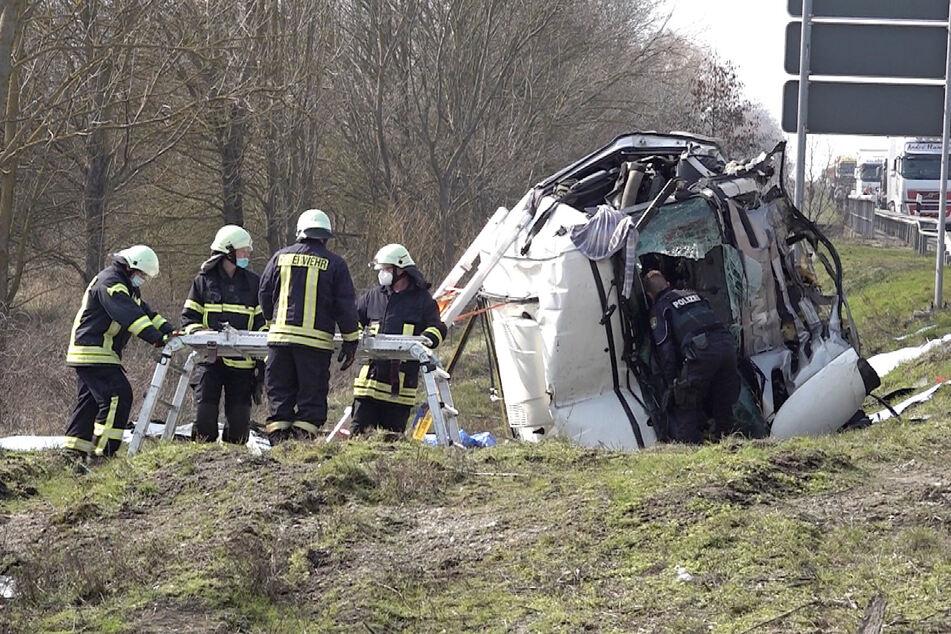 Der 40-jährige Fahrer wurde schwer verletzt und musste von der Feuerwehr befreit werden.