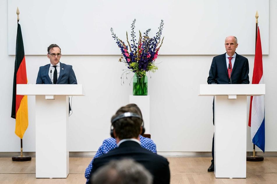 Heiko Maas (SPD, l), Außenminister, spricht während einer Pressekonferenz mit den niederländischen Außenminister Stef Blok.