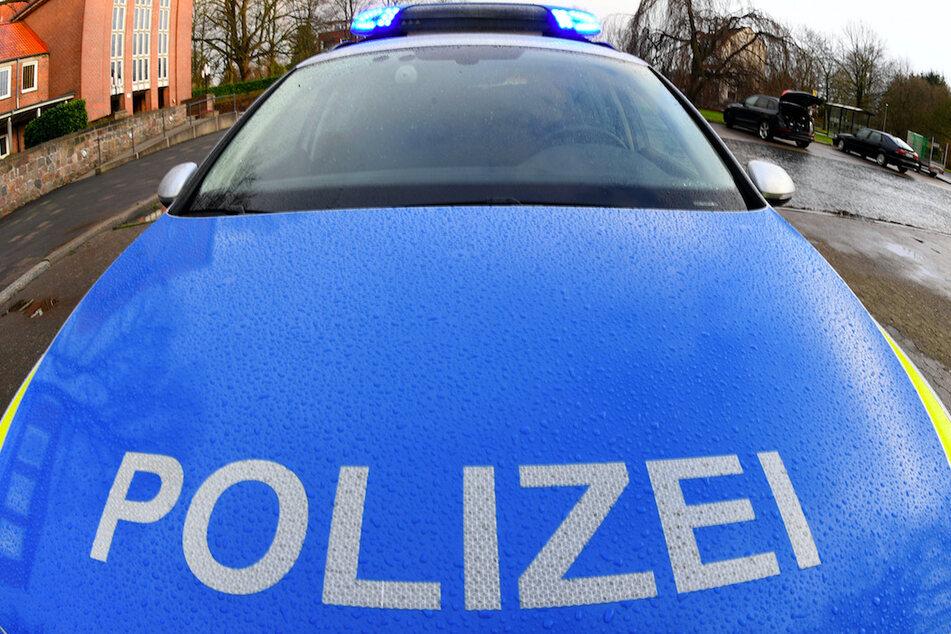 Verfolgungsjagd mit Polizei: 16-Jährige krachen mit Auto in Einfahrt
