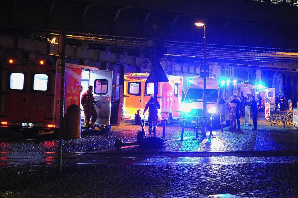 Am Samstagabend soll eine mutmaßlich unter Drogen stehende Frau in Berlin-Mitte mehrere Menschen mit einer abgebrochenen Glasflasche angegriffen und verletzt haben.