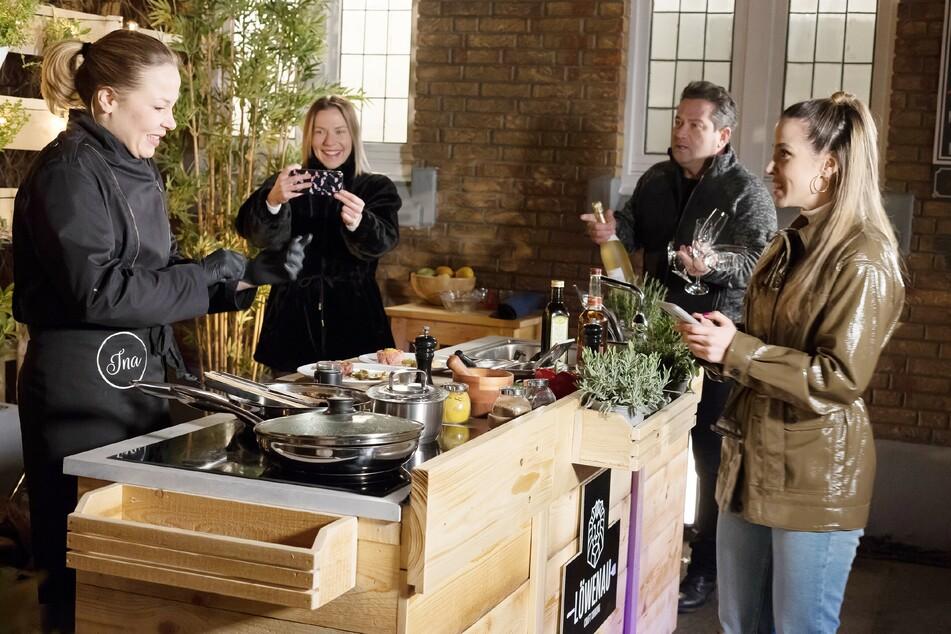 Ina (l.) muss den Kochshow-Livestream ohne Kai starten, der zu spät kommt. Marie, Marian und Chiara (v.l.) unterstützen sie.
