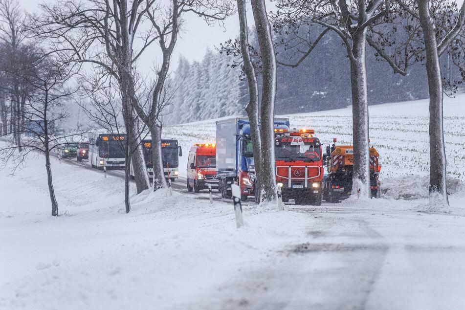 Auf der Auerbacher Straße zwischen Thum und Auerbach blieb ein Laster stecken - er musste von einem Bergungsdienst befreit werden.