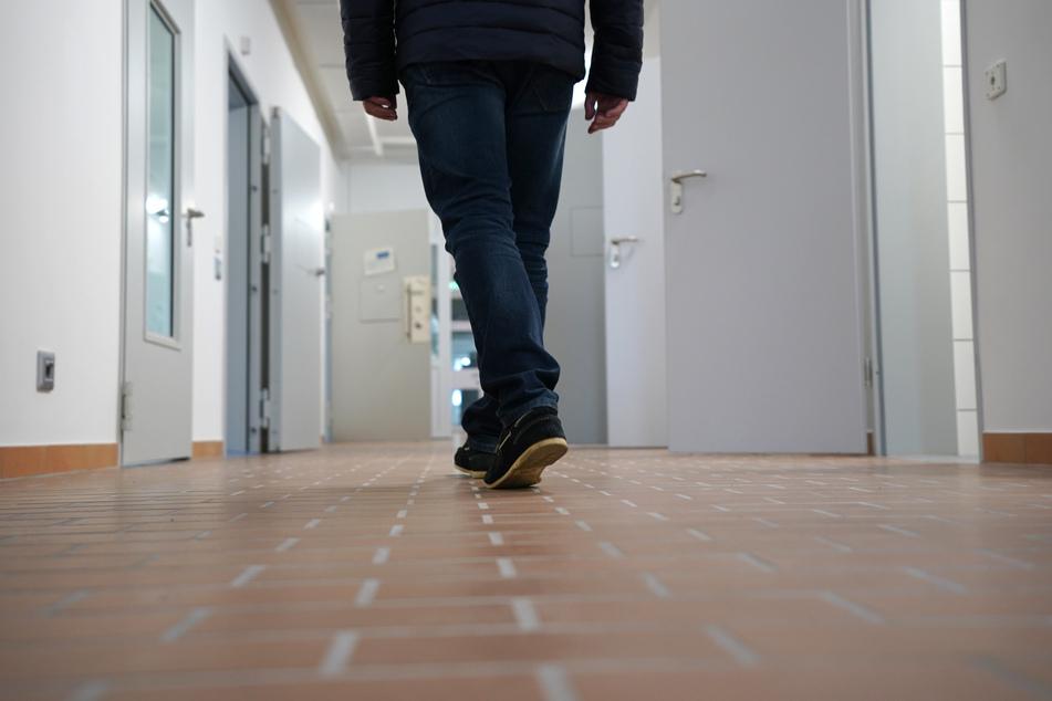 Ein Mann geht über den Flur einer Abschiebungshaft-Einrichtung. Seit 2019 ist die Zahl der Gefährder in NRW leicht rückläufig.