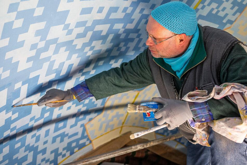 Helge Warme (58) malt auf das Deckengewölbe der Kathedrale ein QR-Code-Muster.