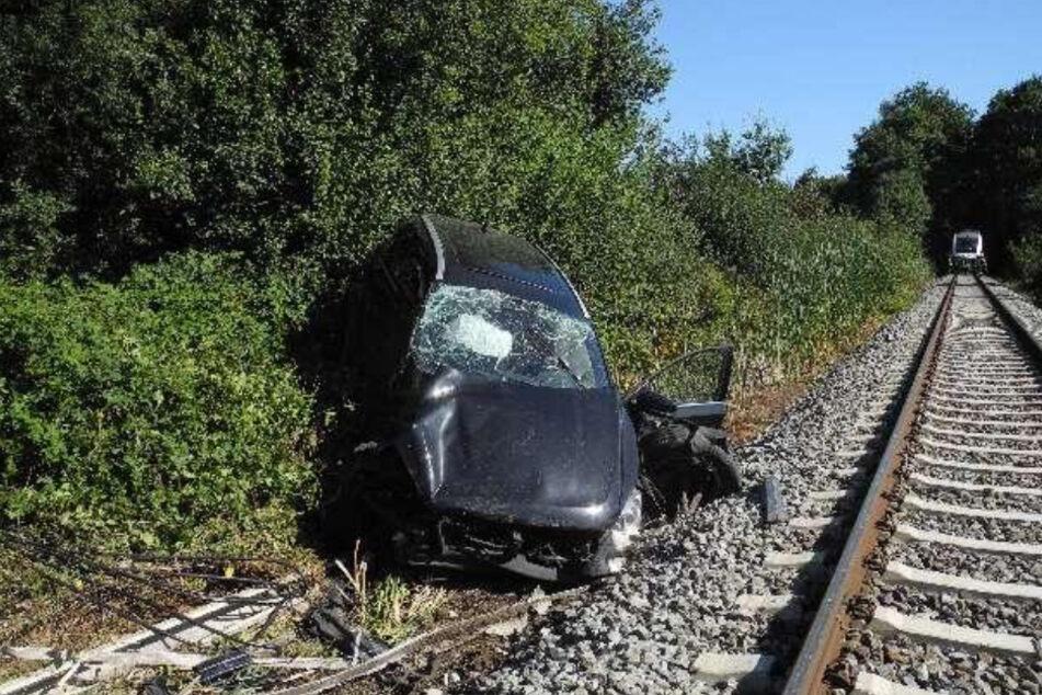 Das Auto wurde durch den Aufprall in die Böschung geschleudert.