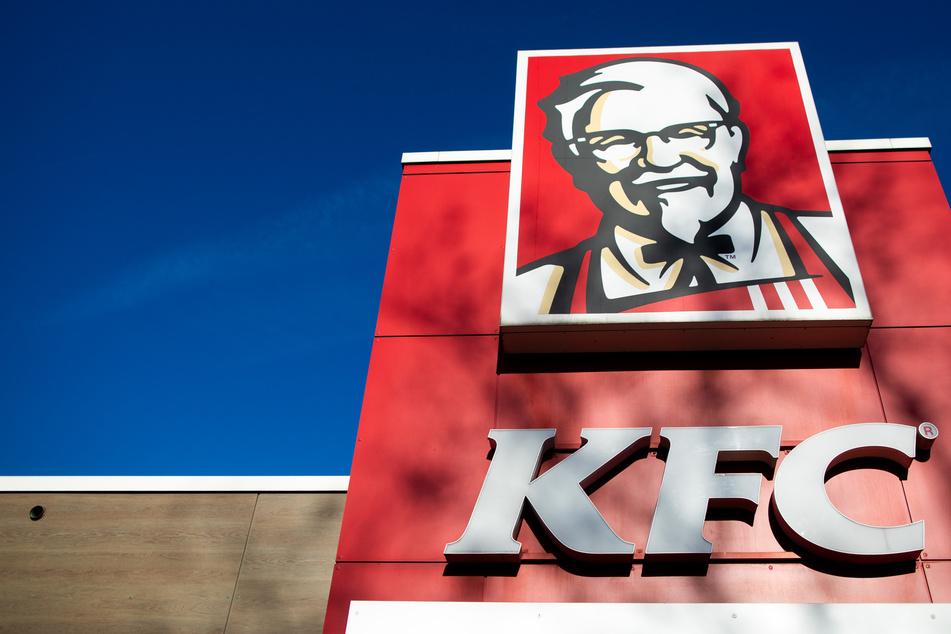 Frau isst bei KFC und beißt auf einmal auf etwas Widerliches