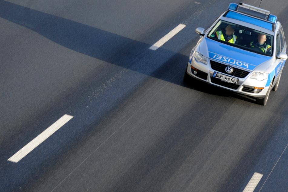 Die Polizei musste die Gefahrenstelle absichern und den Lkw-Fahrer von der Autobahn lotsen. (Symbolbild)