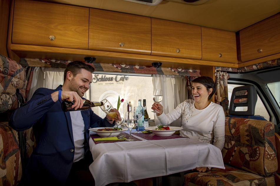 Nico Werner (25) und Andrea Tzschöckel (37) haben Spaß beim ersten Test-Essen.