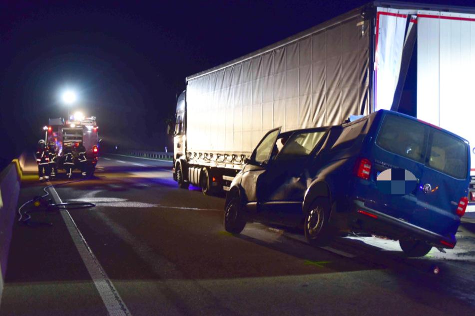 VW-Transporter kracht in Laster und verkeilt sich, Frau stirbt bei Unfall