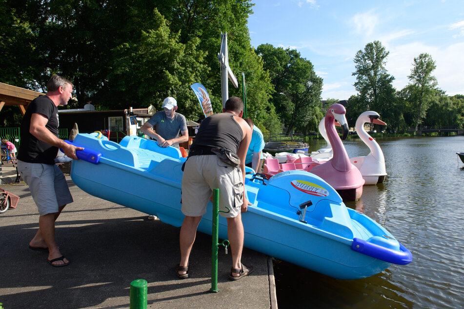 Mit vereinten Kräften wurden an der Gondelstation neue Tretboote zu Wasser gelassen.