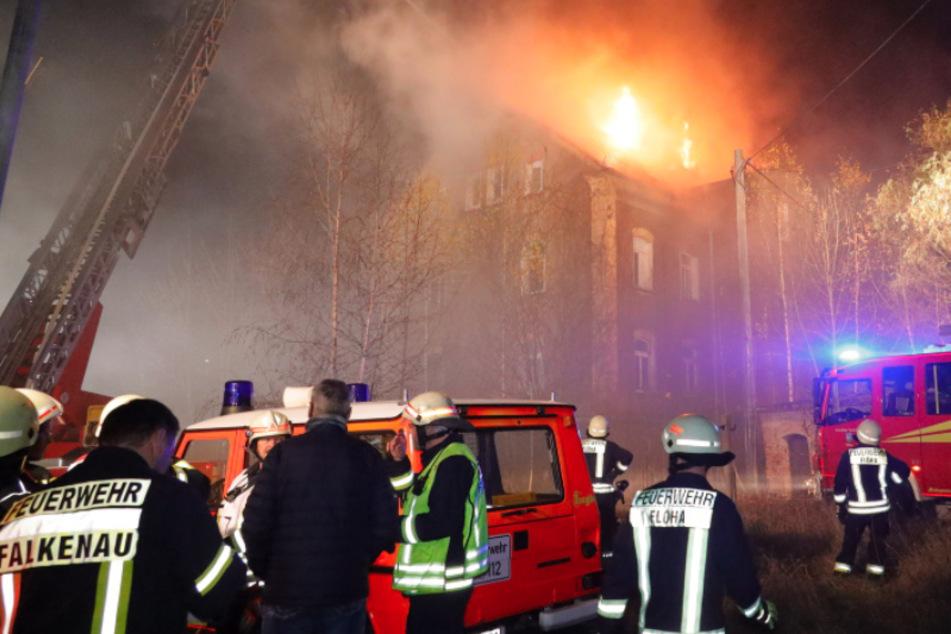 Meterhohe Flammen! Leerstehendes Haus in Flöha in Brand geraten