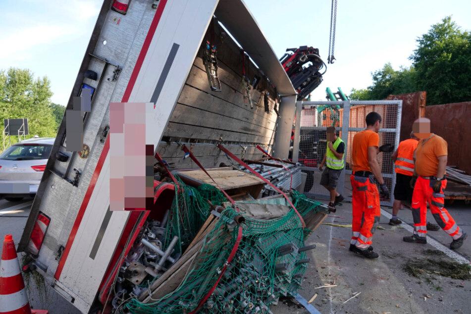 Auf der A4 zwischen Frankenberg und dem Rastplatz Rossauer Wald kippte ein mit Gerüstteilen beladener Anhänger eines Lasters um.