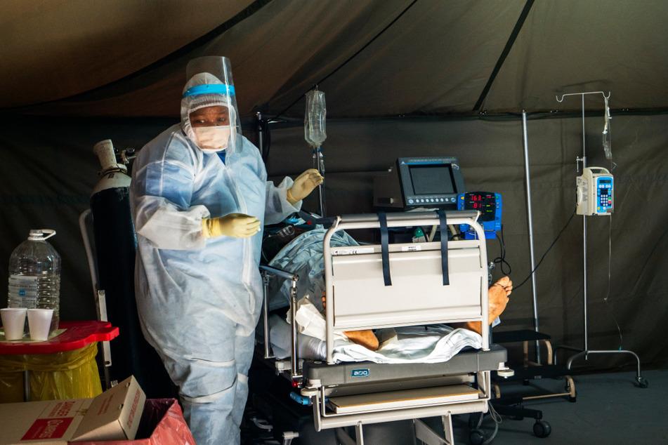 Ein Patient, der sich mit dem Virus Covid-19 infiziert hat, wird im Tshwane District Hospital in Pretoria mit Sauerstoff behandelt.