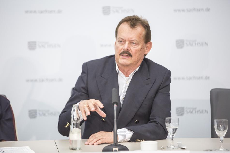 Prof. Michael Albrecht (71) vom Universitätsklinikum Dresden äußerte sich zum gestoppten Impfstoff von AstraZeneca.