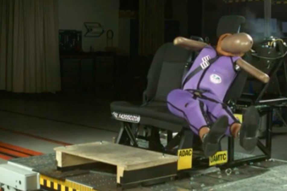 Verletzungen je nach Sitzposition: ADAC deckt neue Risiken im Auto auf