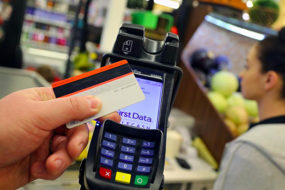 Die Corona-Krise könnte Kartenzahlungen im Handel zulasten von Bargeld kräftig vorantreiben.