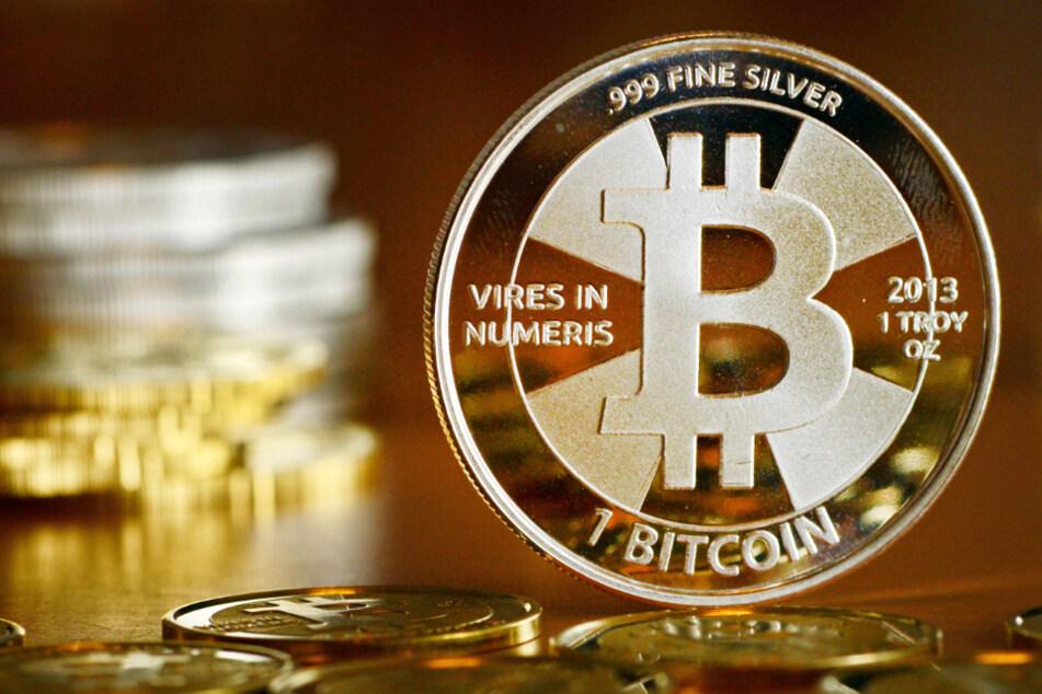 Die Tatverdächtigen sollen ebenfalls Bitcoins erpresst haben. (Symbolbild)