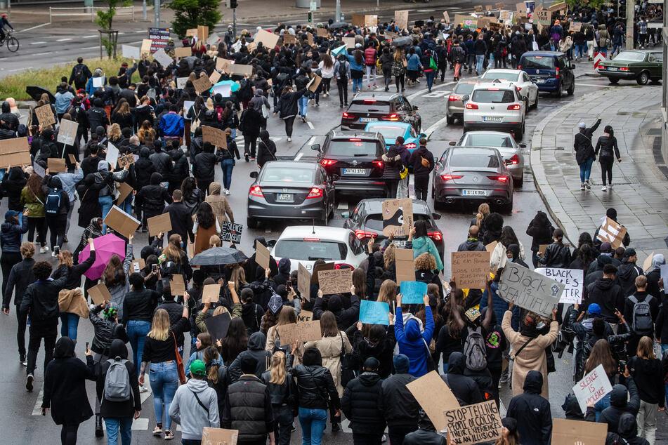 Zahlreiche Menschen ziehen bei einer Demonstration gegen Rassismus über die Theodor-Heuss-Strasse in der Stuttgarter Innenstadt.