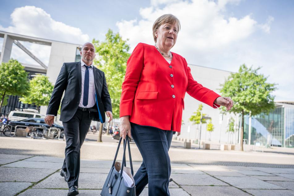 Bundeskanzlerin Angela Merkel (CDU), kommt zur Fraktionssitzung der Union am Dienstag vor dem Bundestag an.