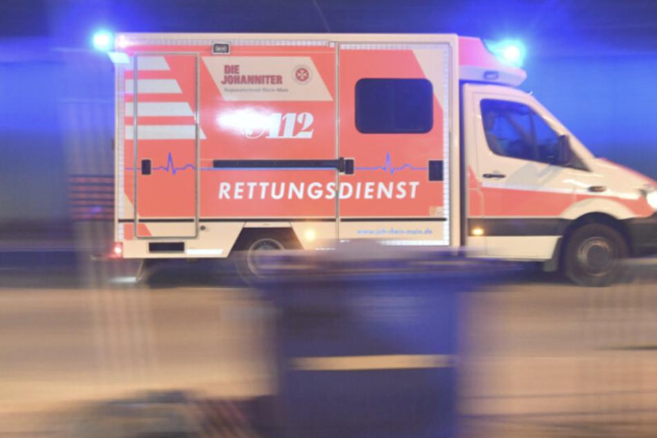Aufgrund der schweren Verletzungen musste das 23-jährige Opfer im Krankenhaus notoperiert werden. (Symbolbild)